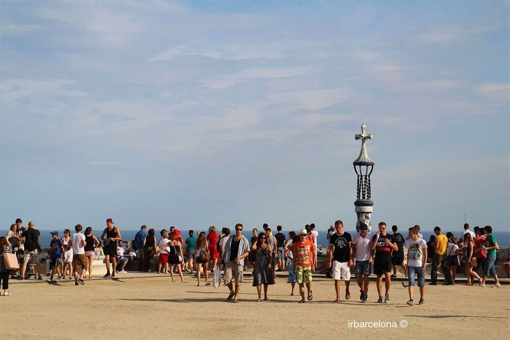 persone nel piazzale del Parco Güell