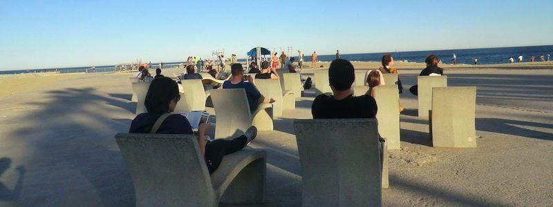 panche in pietra spiaggia Barcellona