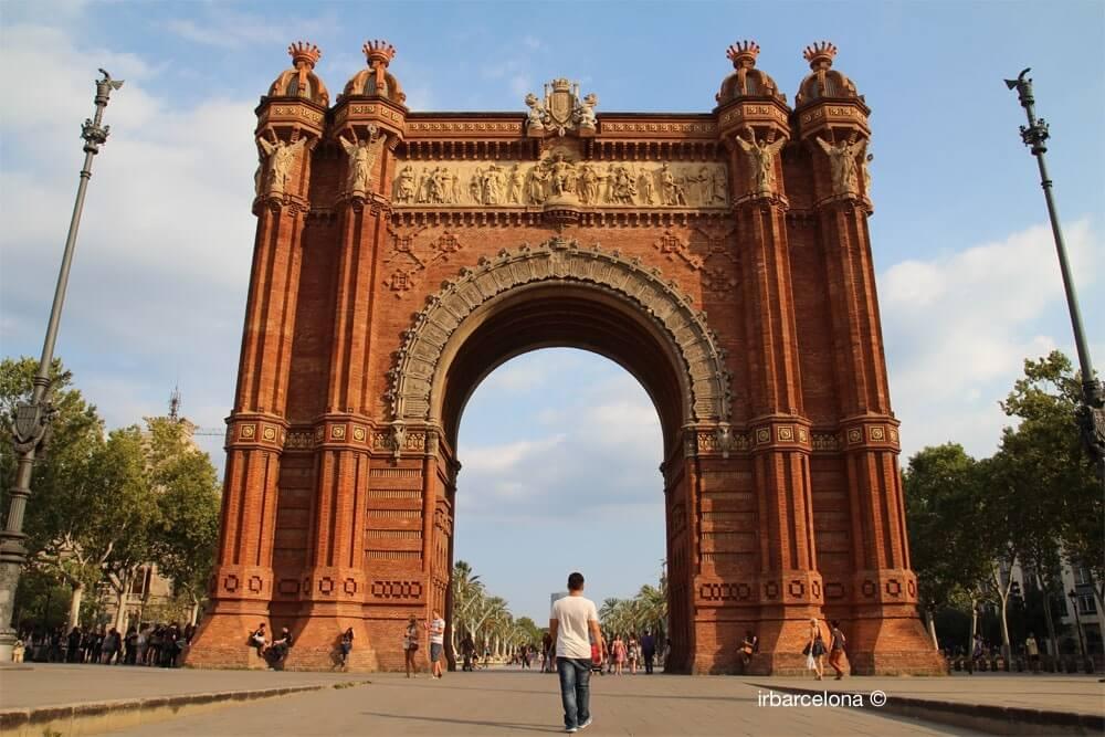 passando sotto l'Arco di Trionfo di Barcellona